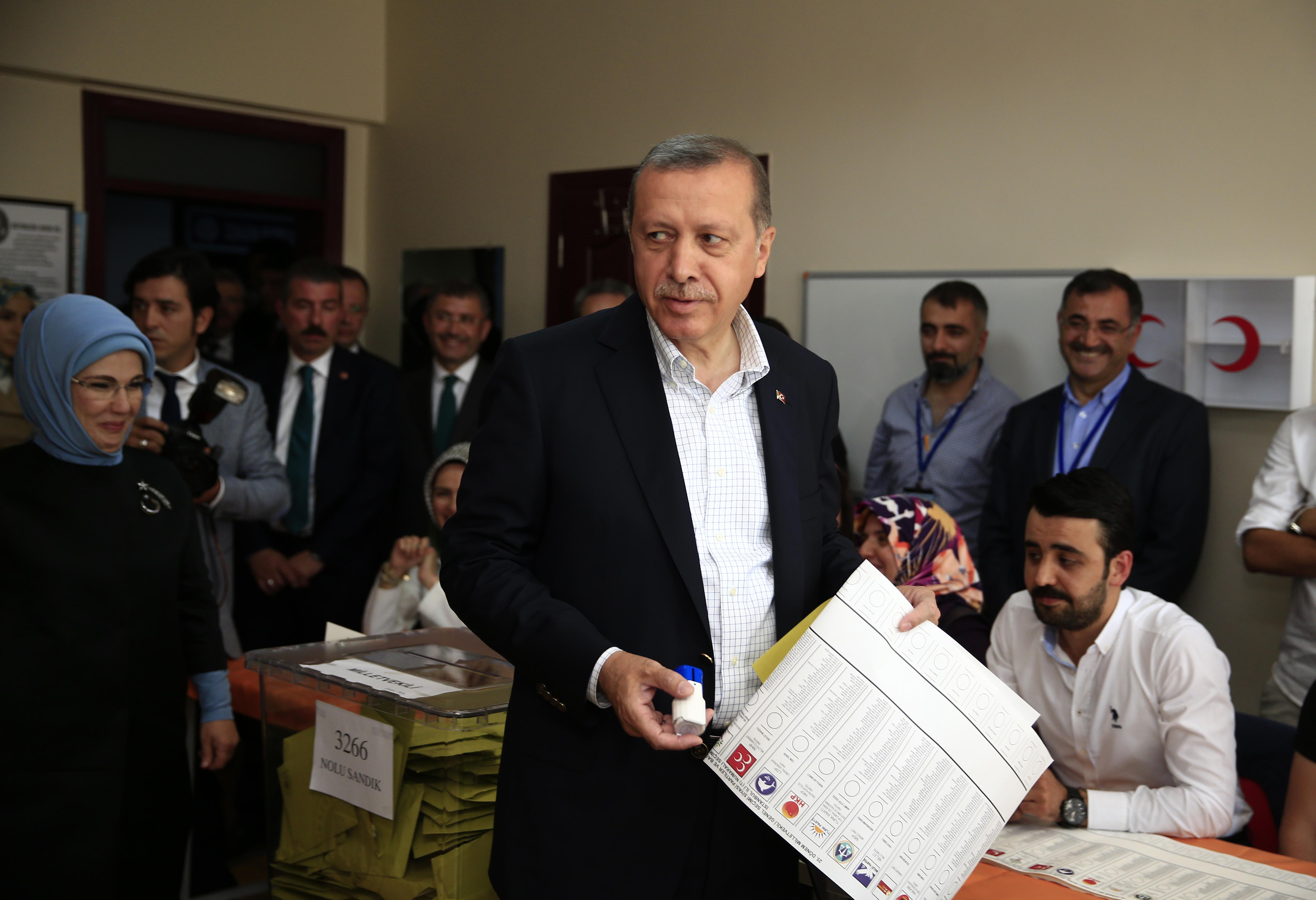 525a98154 O Presidente turco prometeu hoje demitir-se caso se confirme a acusação de  que a Turquia abateu um avião da Rússia para proteger o envio para solo  turco de ...